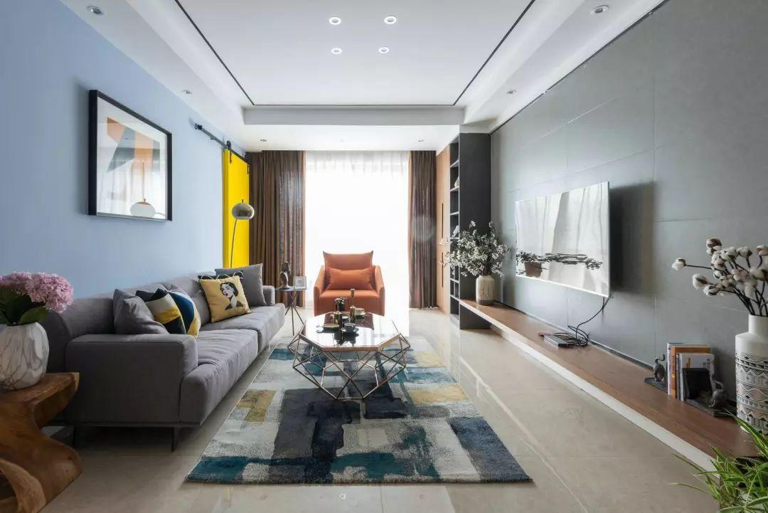 从入户延伸至阳台,壁面通铺灰色墙砖,架空电视台板与装饰柜材质统一,电视背景墙给人强烈的视觉冲击感。