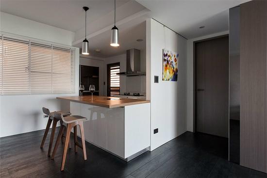 拉出厨房采半开放式规划,并透过隔间短墙的增设去化风水问题,并增添艺术画作的悬挂空间。