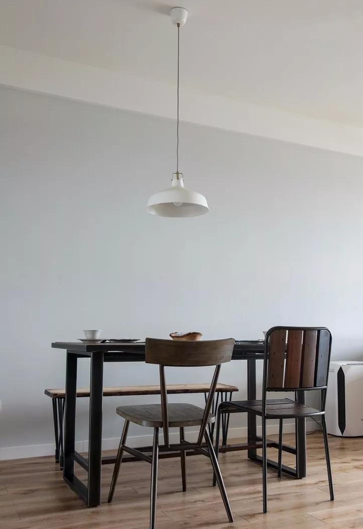 餐厅的设计融入了简约之美,简易吊灯,给人简洁的独特品味。