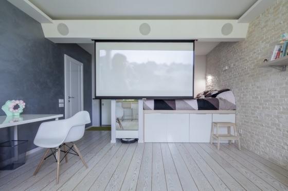 为了有助于在客厅最大化空间,保持装饰尽可能简单的另一个巧妙设计在于天花板上的投影电视。