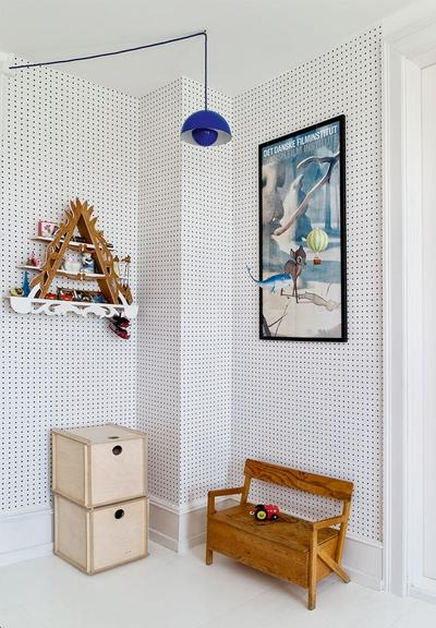 儿童房的摆设完全从孩子的角度出发,连靠墙的长凳都是缩小版,活脱脱一副小孩自己的世界。
