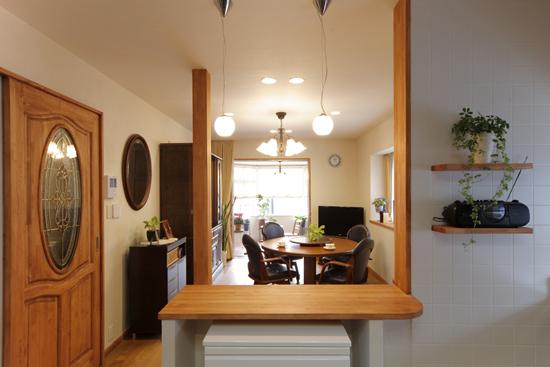 厨房望向客厅,又有别种韵味。木质门采用了纯天然的橡木材料。