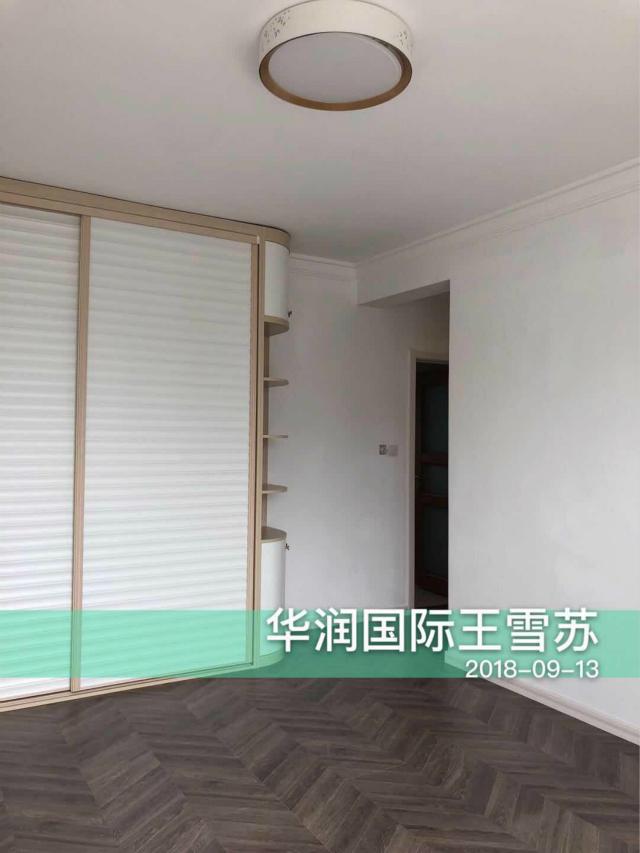 主卧衣柜可放置衣物,拐角处弧形设计亦可放置装饰品,白色条纹设计给人一种轻松阳光的感觉,让人心情放松。