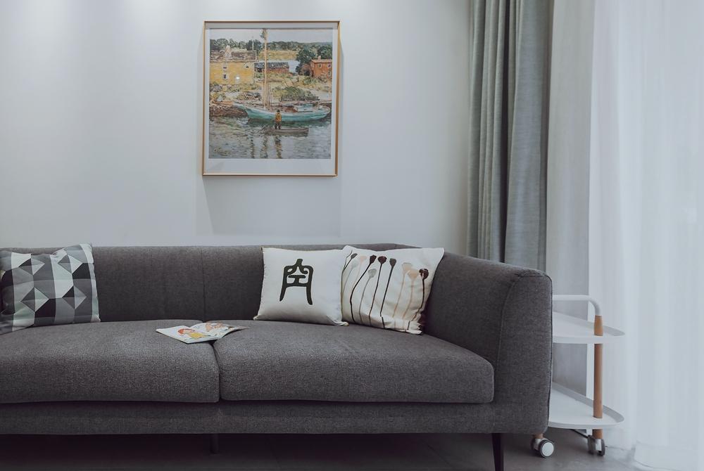 家具以原木和灰色为主,电视机挂式设计使视觉更加精简,整体美观淡雅别致。