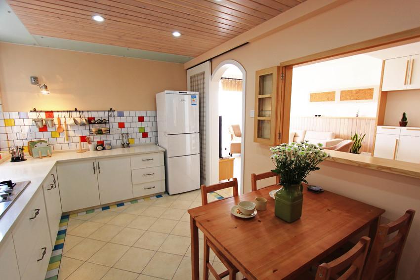 将原本的厨房扩充,使用功能一分为二,既满足了烹饪的需求,也可以把餐厅浪费的空间整合。