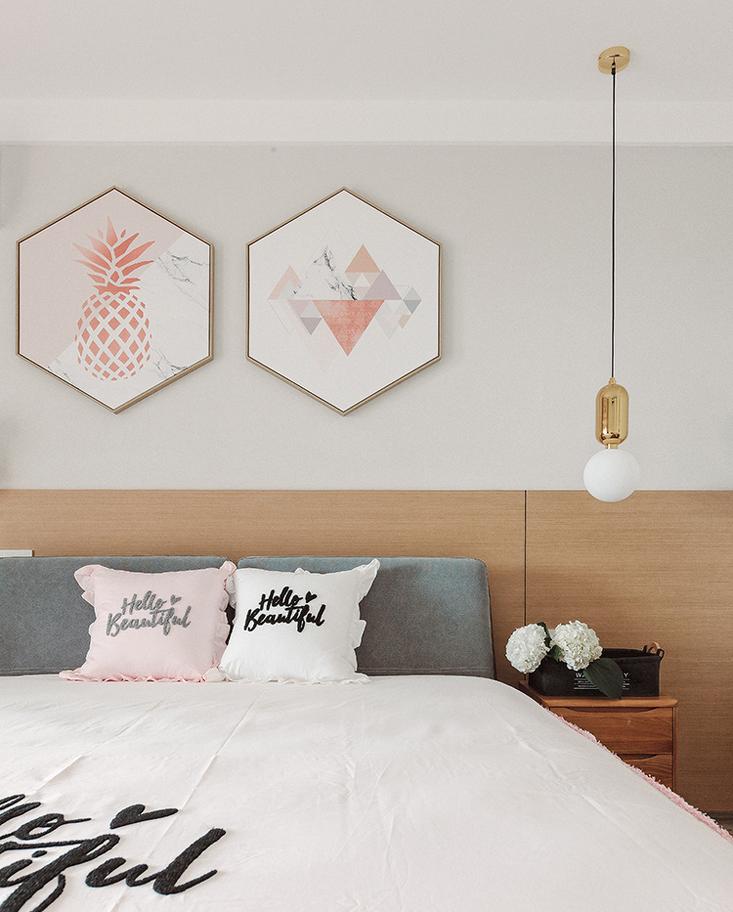 透过金属质感的小吊灯,和温润的木作墙板,突显出樱花粉的女性色调。