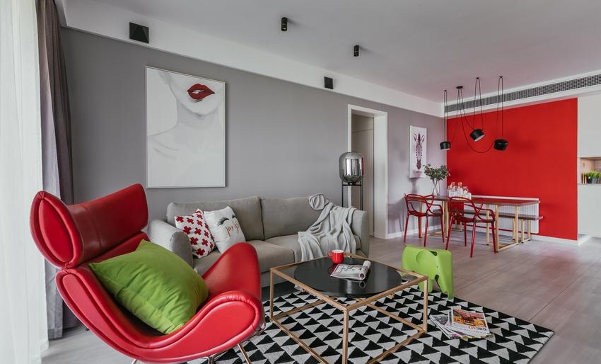 采用红色点缀穿插连接,高纯度色彩使用,大胆而灵活。