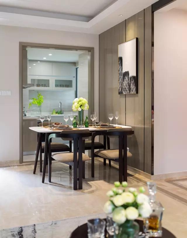 长方形餐桌上摆放的花束,与高脚杯,以及餐具,带来一种优雅之感。