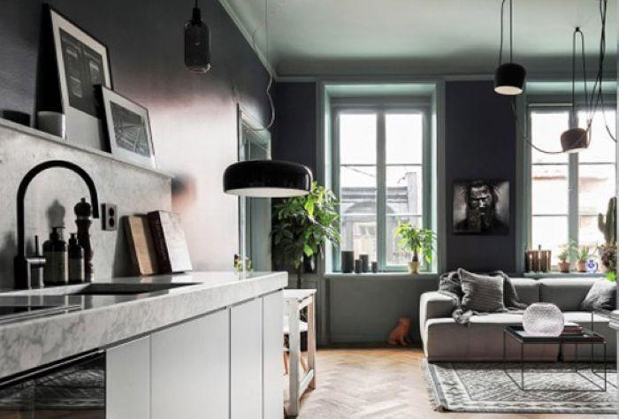 收纳柜对面的墙壁刷成灰色调,贴着墙面设计了厨房的橱柜。