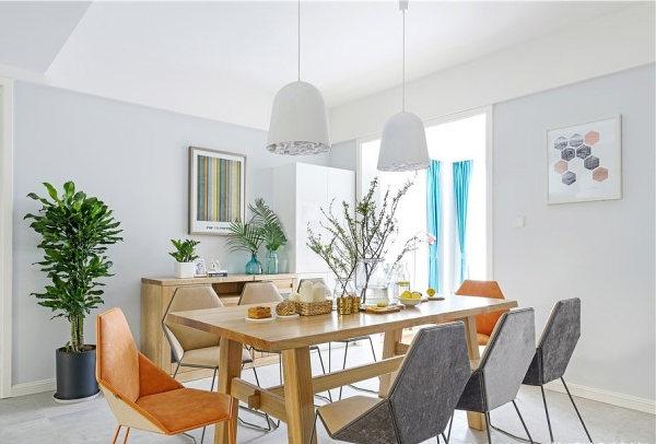 这里就像夏天最需要的可口冰激凌,淡淡的蓝墙面之间,有一面特殊的白色砖墙,透过它看餐区的桌椅绿植。