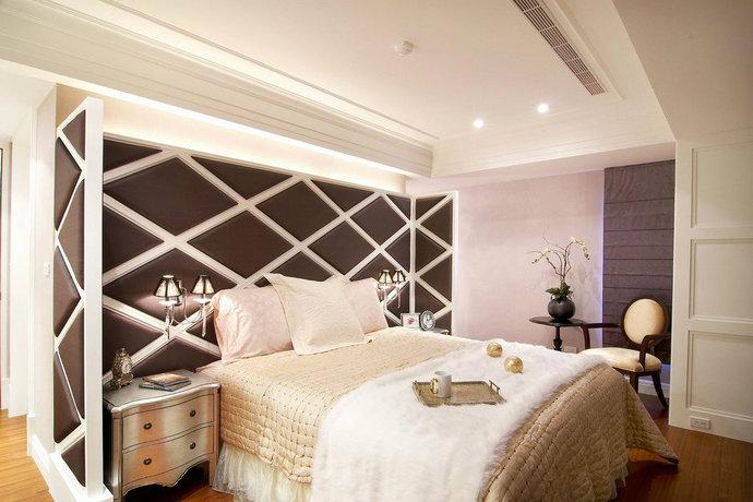 主卧床头白色菱格揉入紫色绷布立面,有别于繁复的古典语汇,以现代手法加入浪漫时尚感。