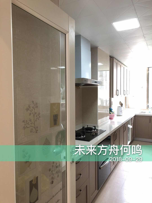 厨房属于狭长型的,因此设计了L型橱柜,让空间布局更合理。
