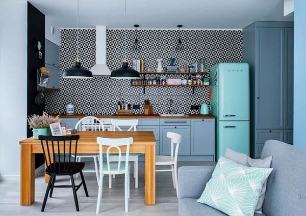 从颜色上,运用了冷色调,蓝色以及浅湖蓝色,地板则用灰色。