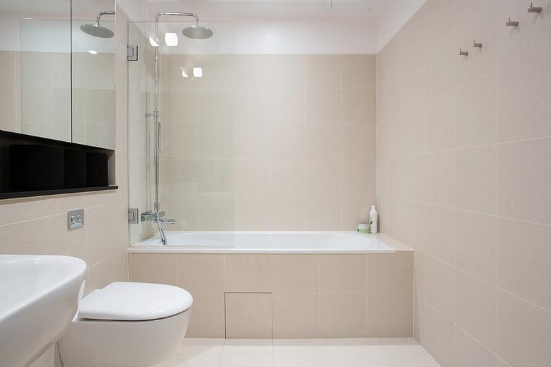 卫生间可以说是洁白无瑕,不仅非常梦幻,还能保证没有窗户的卫生间足够明亮。