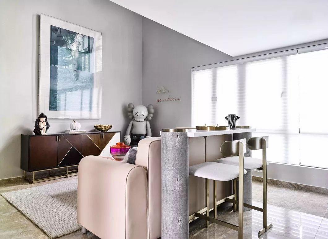 圆形和直线等家具的几何形态为空间结构增添装饰美感。