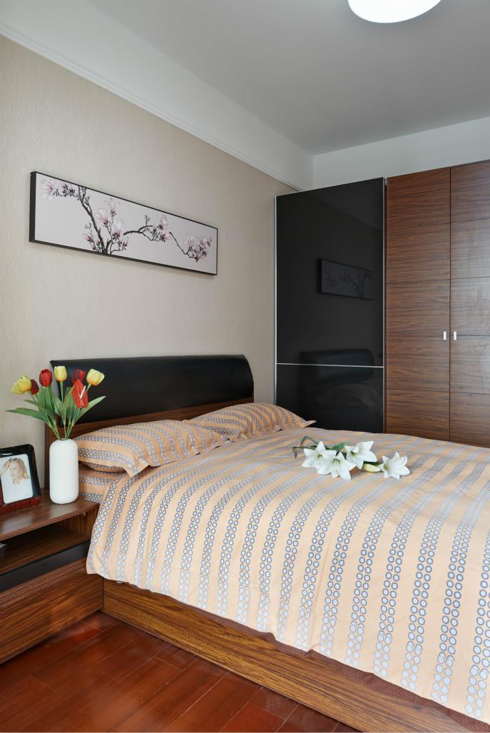 卧室空间较大,装修布置上很简洁。
