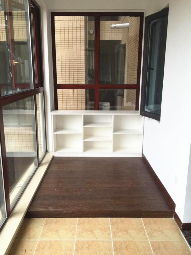 另一面以高出瓷砖地面作为区域划分的小空间可以用来放松阅读;落地窗让阳光肆意洒入,生活与休闲都能兼具。