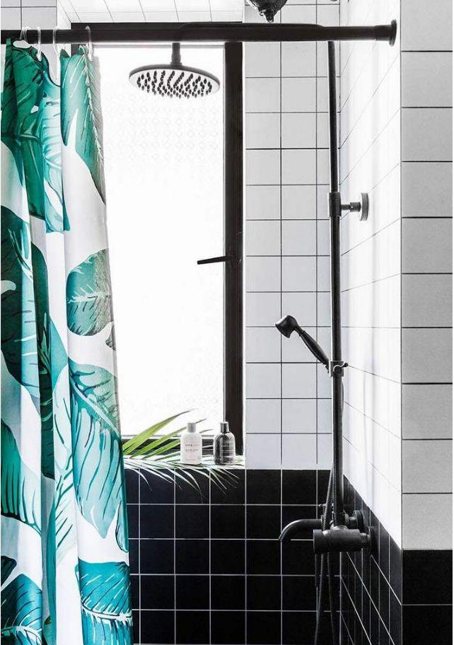 淋浴房内部也是同样的设计,黑色与白色的划分,让卫生间更有层次感,利用窗台来摆放淋浴用品,非常实用。