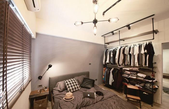 铁件木层板架构出开架式衣柜,因屋主大量衣物,床框则让睡眠时更为宽松舒适。