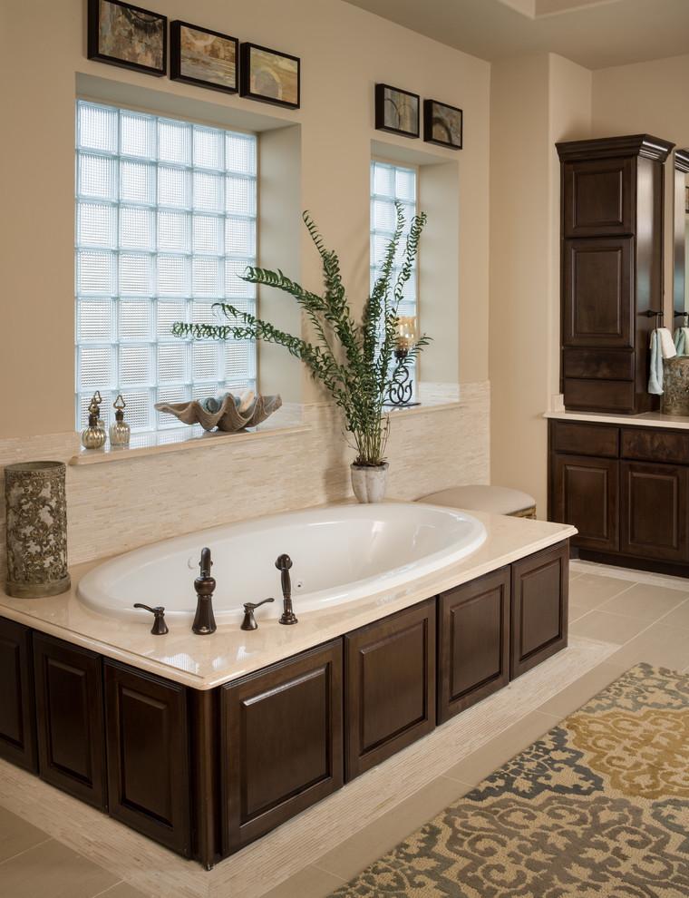 浴池设计在窗户旁边,让光线更充足一些。