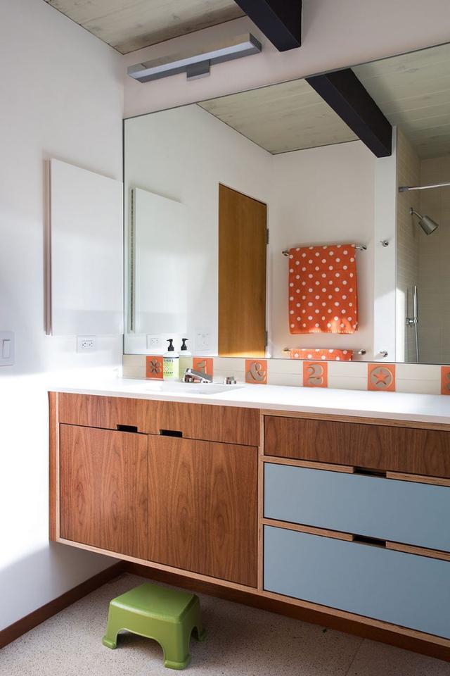浴室柜的把手设计很贴心,丝毫不影响美观。