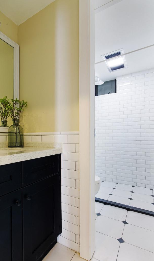 洗手台和卧室巧妙得进行了门洞隔断,里外空间的色彩一致,看起来似断非断。