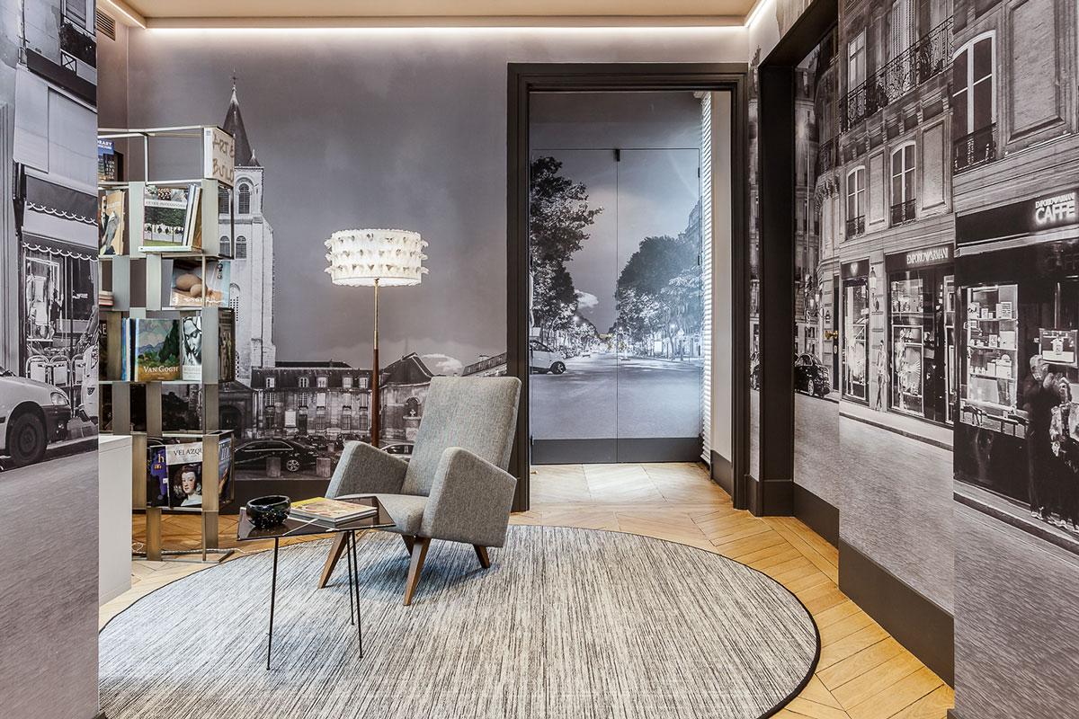 简单的布艺沙发加上富有艺术感的壁纸,中间摆上一个小方形的茶几,整个客厅看起来,大气而又沉稳。