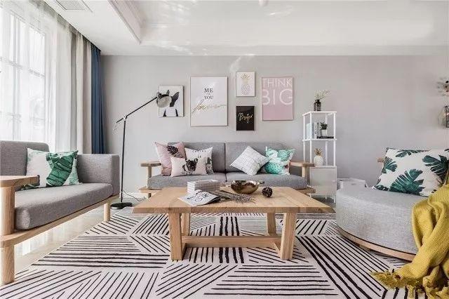 大客厅以灰色作为基调,搭配了舒适的软装。地面铺的是光亮的瓷砖,用黑白条纹毯子简单装饰下,就温馨许多。