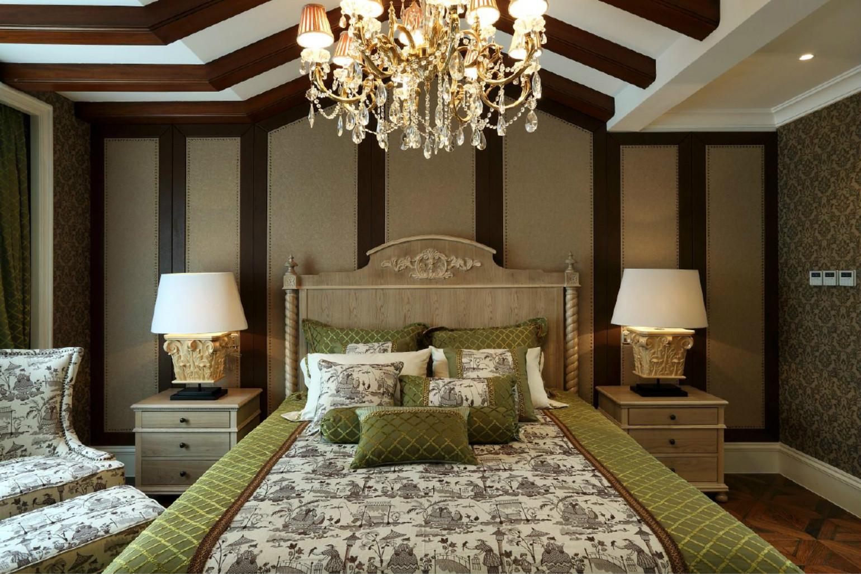 床头的背景墙则是以挂画来装饰,很是精美