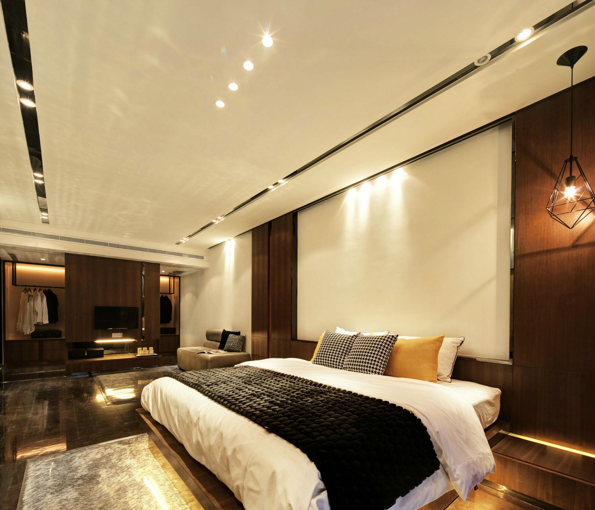 主卧,放置衣柜,白色的墙面上挂上不同精致小灯,色彩营造干净整洁的视觉效果。