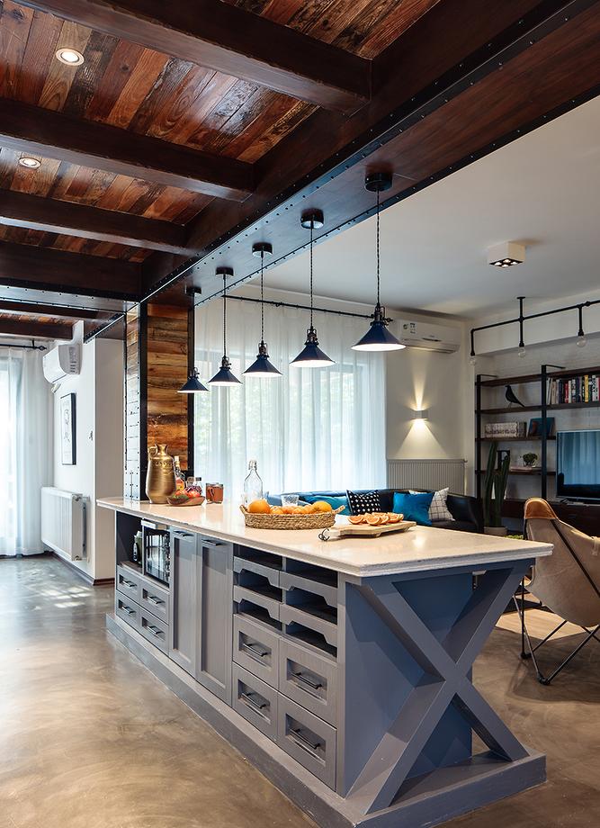 小两口长期生活在国外养成了以西餐为主的生活习惯,于是把原厨房的墙体打掉,改为开放式。