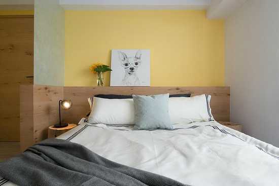 为遮蔽进门直视床铺的视线,采夹纱玻璃结合L型床头柜,制造微透光屏风。
