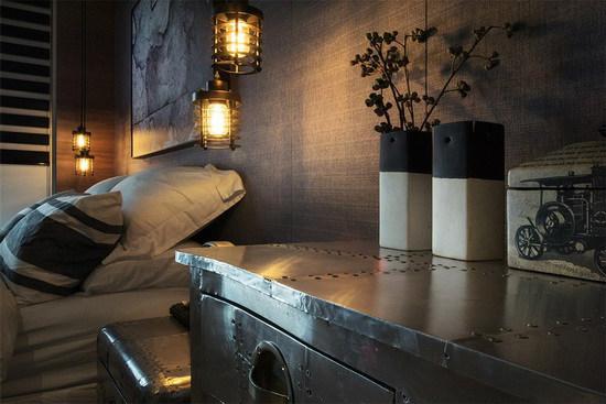 特别选搭金属质感家具,其独特的老旧外观,替空间挹注丰富表情。