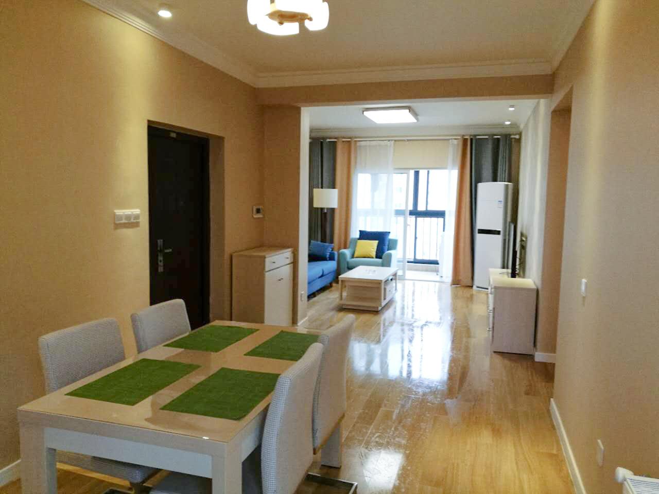 房间中空间格局一目了然,客厅和用餐空间没有隔开区分起来,使得空间通透,明亮。