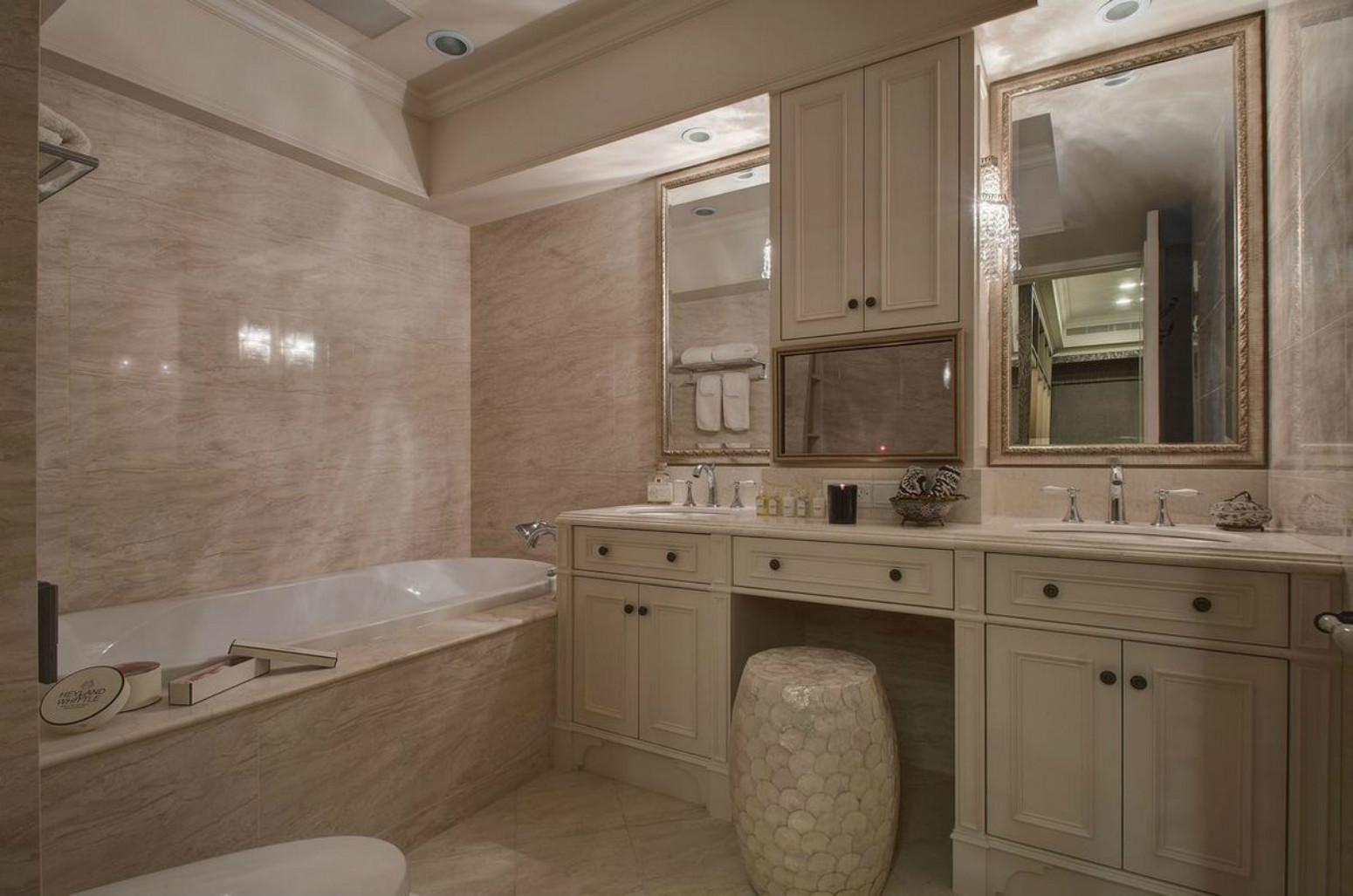 卫生间浴池与洗漱台是一体的,瓷砖上墙,更好的擦水渍