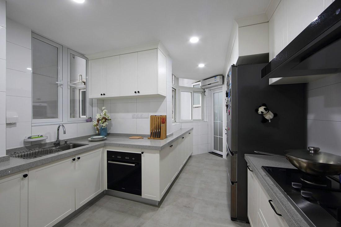 厨房以白色为主,墙顶放置精致的小灯,整体简洁时尚