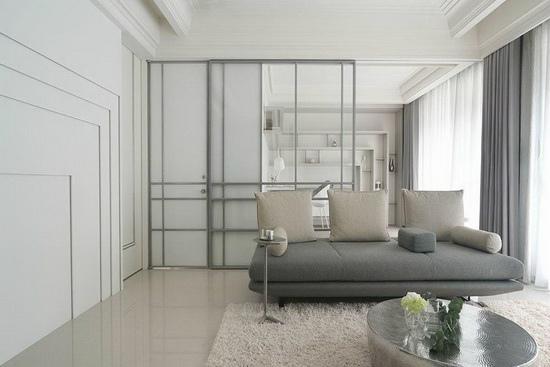 特地于客厅、书房兼规划具穿透性的玻璃拉门,同时利用其水平分割线,成为连贯于客浴空间门扇的整体设计。