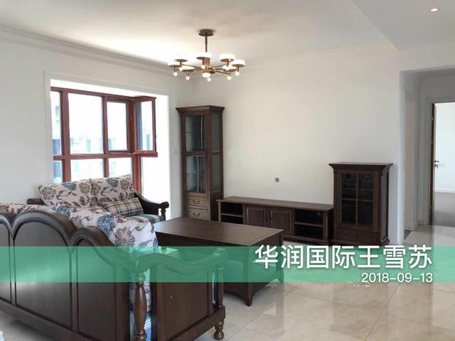 深棕色的沙发给人一种浓浓的复古时尚感,搭配浅花色的抱枕,不会让空间显得过于深暗,反而增加一充满活力。