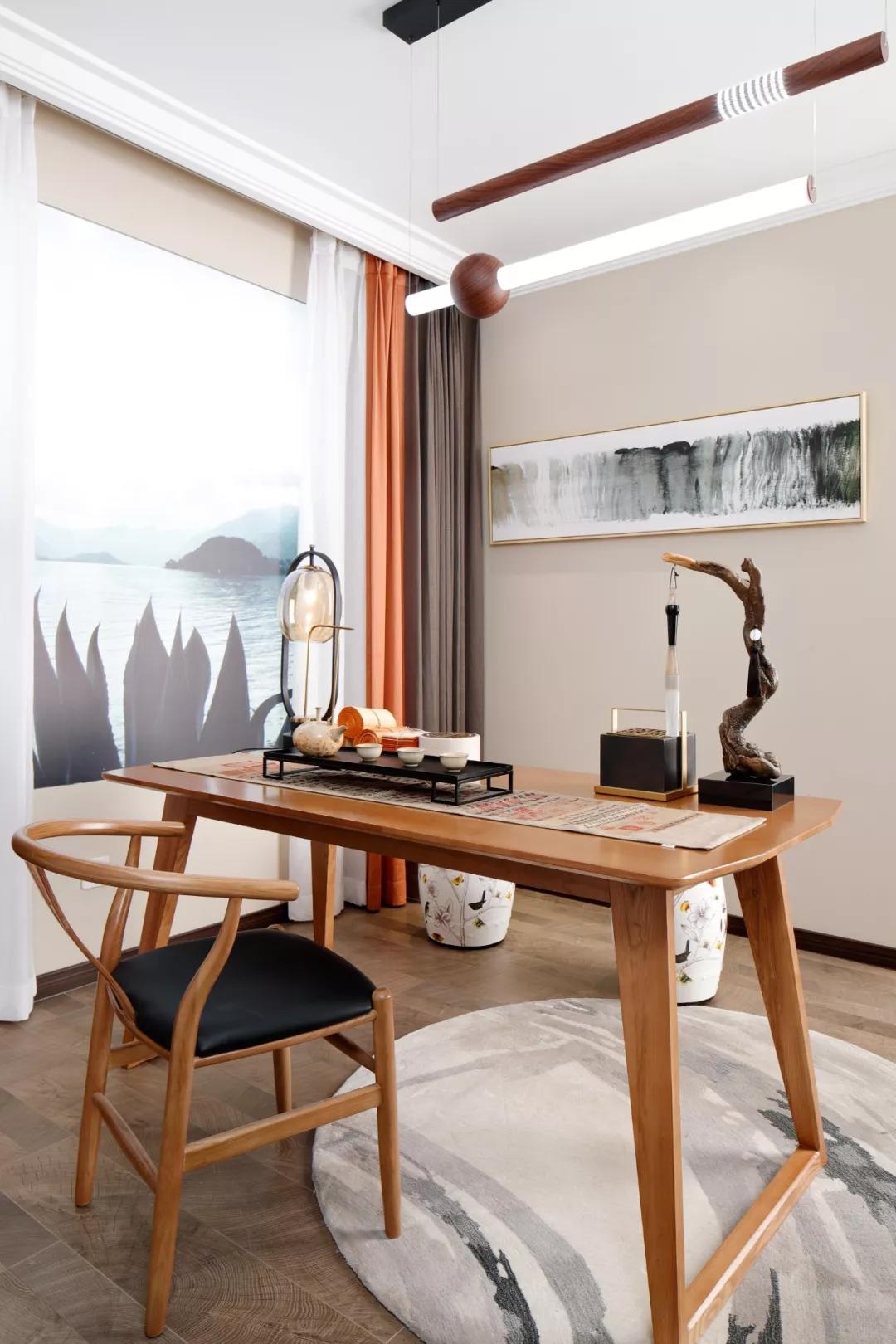 一张书桌,一把圈椅,一组茶香碗具,几卷文墨书画···中式书房的配置,不需太过繁重,简单尽享自在悠然。