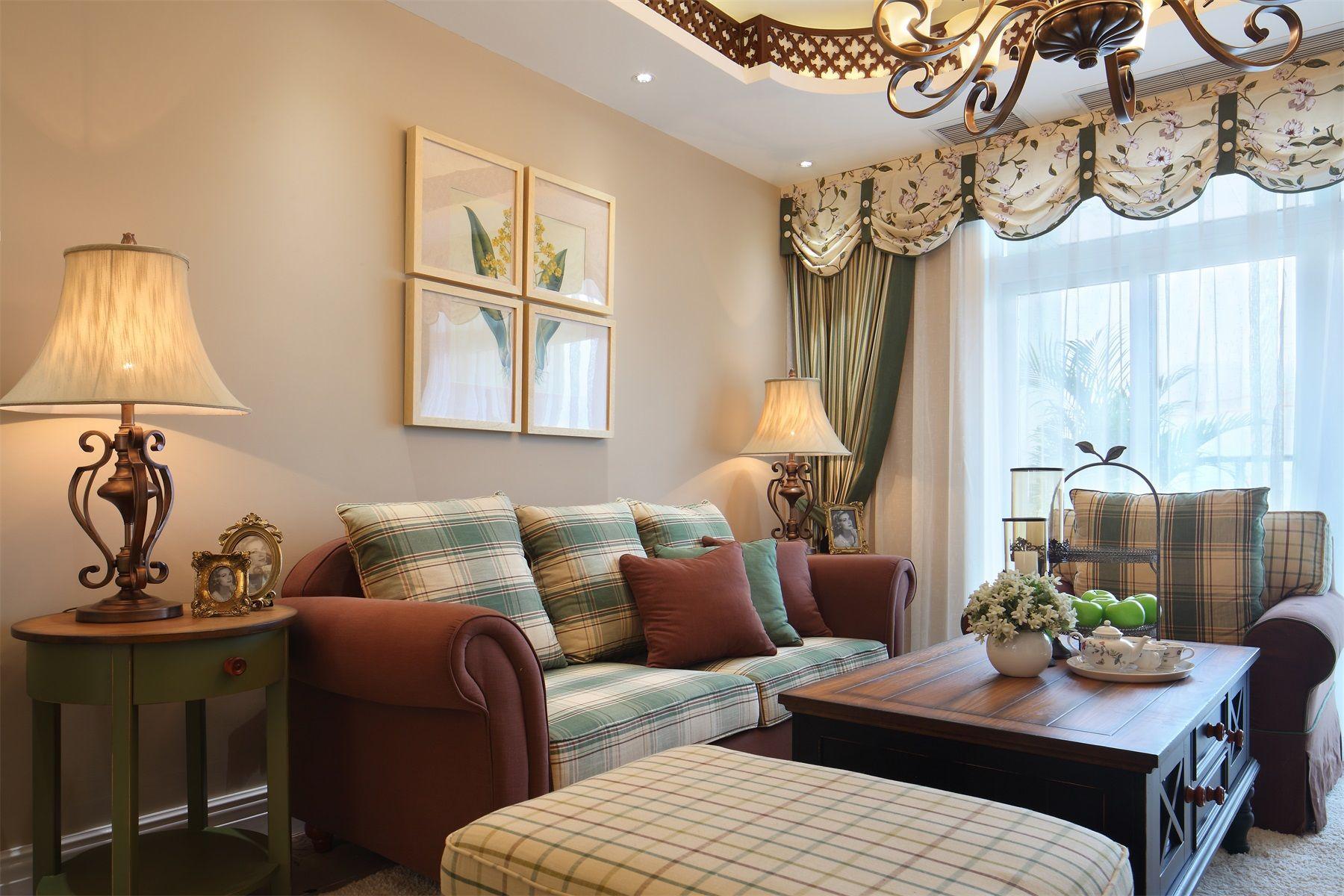 红褐色的布艺沙发,配上清新色的抱枕,将意大利风格的沉稳大气充分渲染出来。
