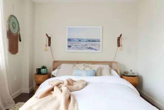 卧室里多为温暖的木质家具,床头以对称的方式来装饰,两个床头灯,两盏壁灯,造型虽不华丽却有着独特的自然