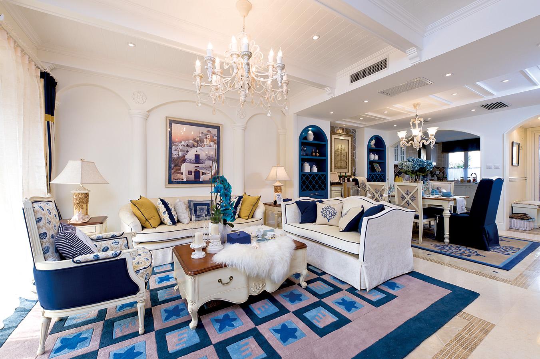 客厅空间干净简洁,收纳机能随处融入整体,比如电视背景的柜子