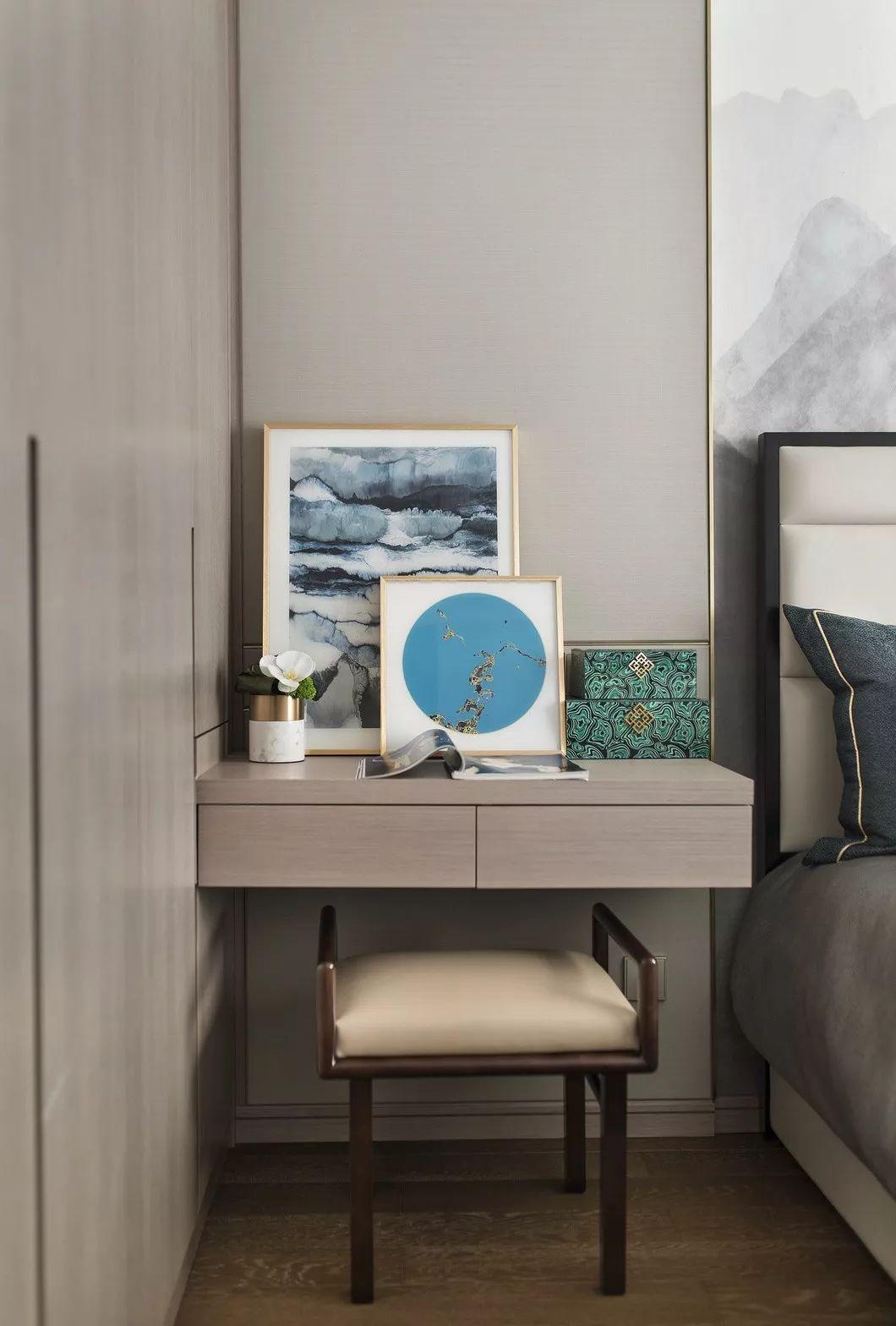 白色与高级灰,明黄与苍绿,是新与旧的穿插组合,为传统附上新意,为现代增添气质。