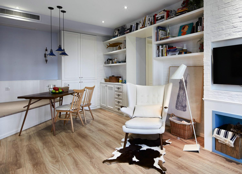 客厅和餐厅是同一空间,保持相同色调的区域,淡雅柔和。