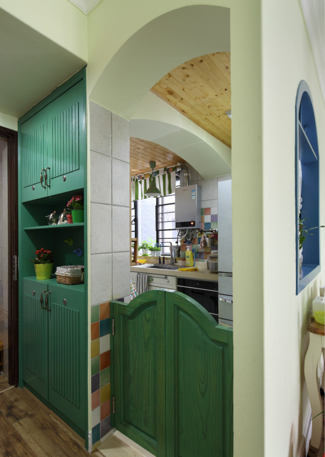 玄关背面就是厨房,绿色低门设计,将田园特点表达得淋漓尽致。