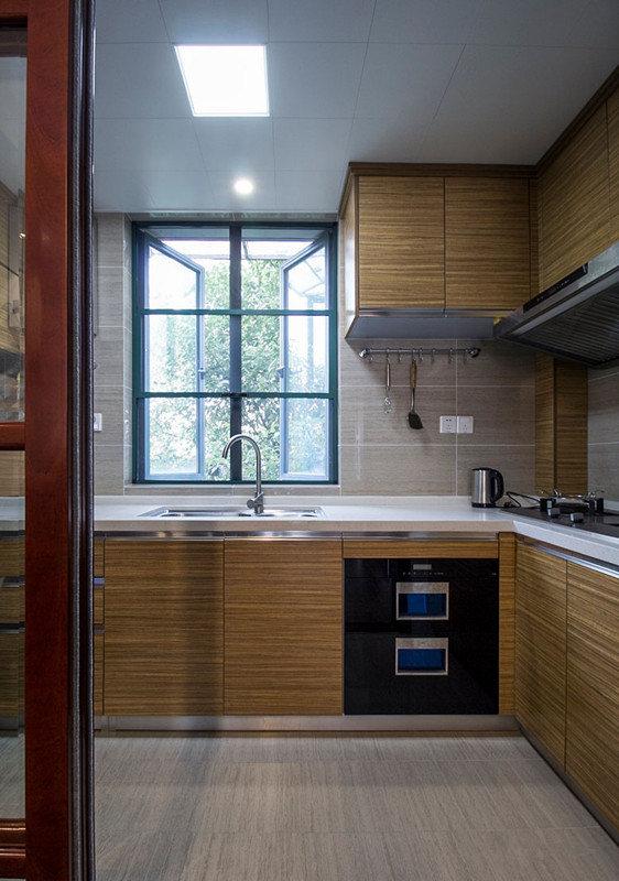 整体橱柜则选用清新温和的原木风,视觉上有了层次上的展现,加上玻璃窗带入的绿意,空间多了恬适自然。