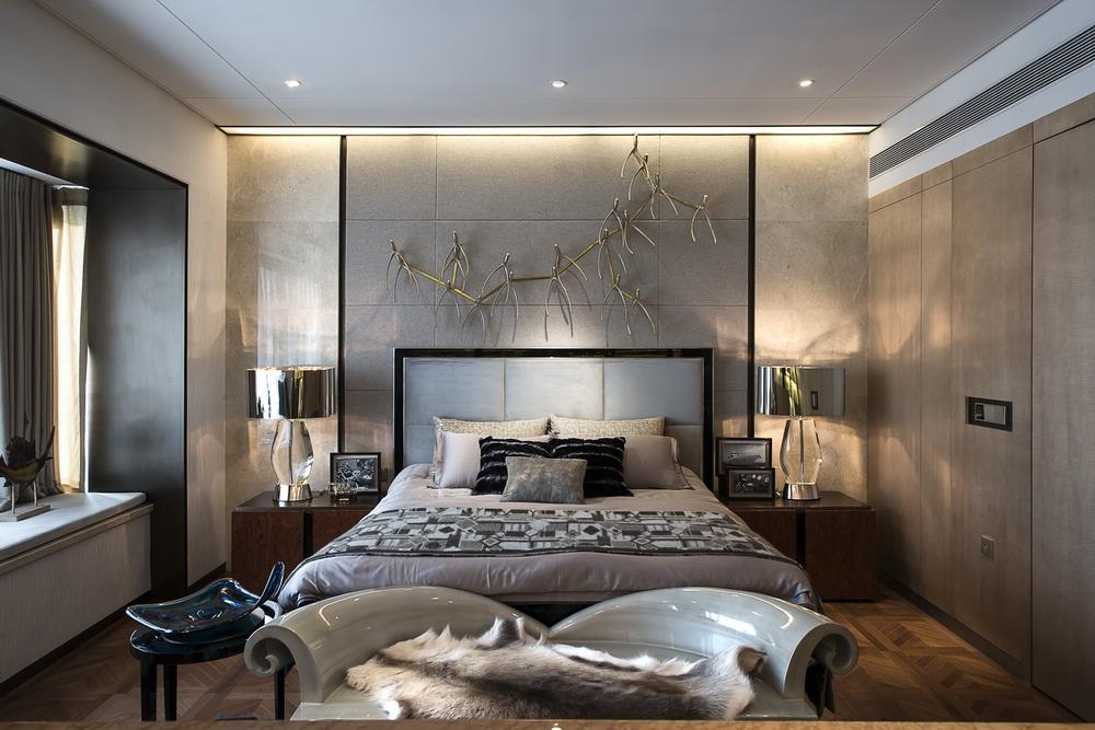 卧室里以黑白灰色塑造时尚简约,床头背景墙的情景吸人眼球,简单便捷又很环保。