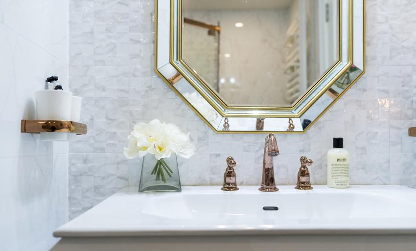 将金色延伸至卫生间,在一片白色中铺陈出典雅的气质。
