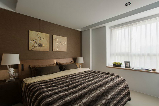 穿透窗纱的日光洒落咖啡色系的床头墙与寝饰,交融沉稳静定的卧眠氛围。
