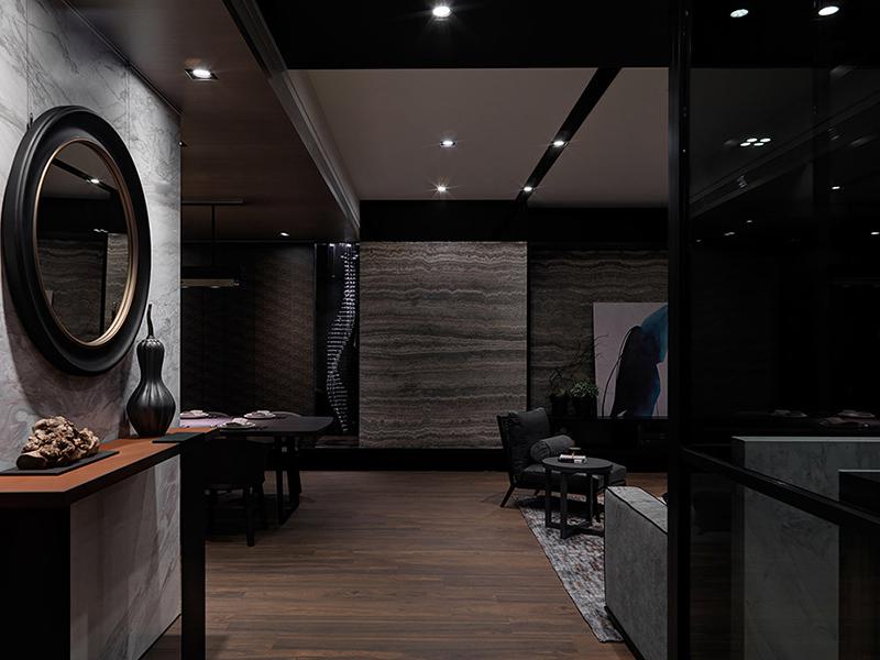 入室后随着光影的推移,木纹与石材相辅相成,感受幽静感的现代风情。